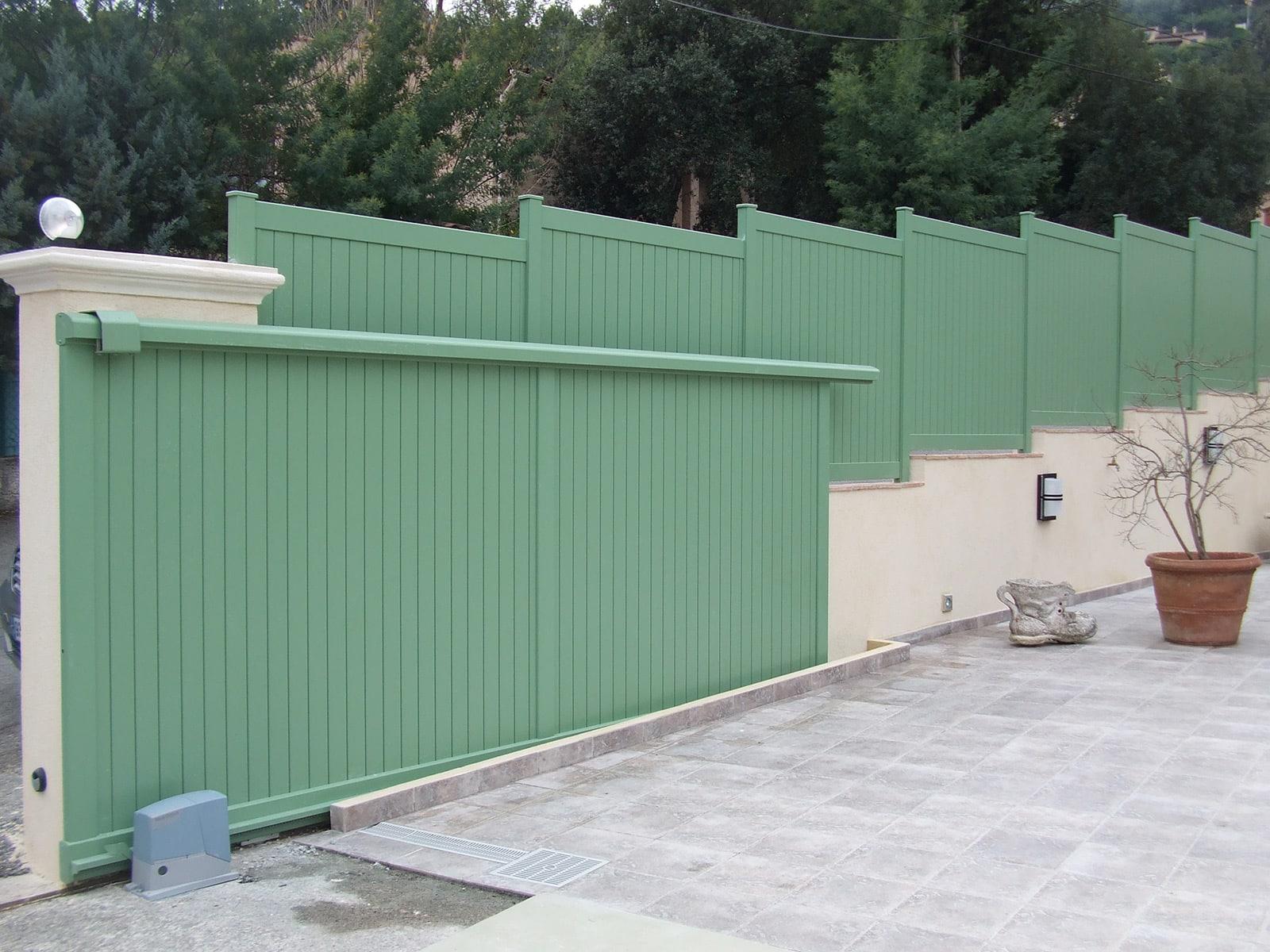 Photo d'une réalisation d'un portail coulissant et clôtures assorties